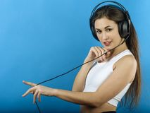Atrakcyjna kobieta cieszy się muzykę z hełmofonami Zdjęcia Stock