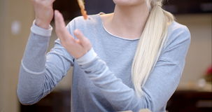 Atrakcyjna kobieta cieszy się plasterek pizza zbiory wideo