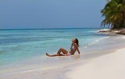 Atrakcyjna kobieta cieszy się słońce na piękny tropikalnym Obraz Stock