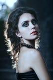 atrakcyjna kobieta czerni sukience obraz stock