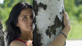 Atrakcyjna kobieta czuje drzewa i ściska, czuje swój energię, żeński natura kochanek zbiory