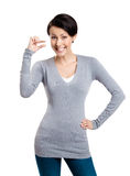 Atrakcyjna kobieta gestykuluje małą ilość Zdjęcie Stock