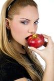 Atrakcyjna kobieta je jabłczanego, promujący zdrowego styl życia zdjęcia stock