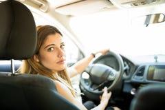 Atrakcyjna kobieta jedzie samochód zdjęcia royalty free