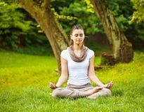 Atrakcyjna kobieta medytuje Zdjęcia Royalty Free