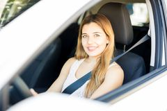 Atrakcyjna kobieta na napędowym siedzeniu samochód zdjęcie stock