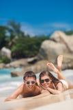 Atrakcyjna kobieta na plaży i mężczyzna Fotografia Royalty Free