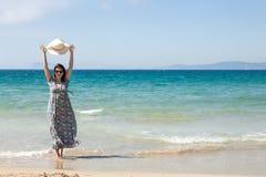 Atrakcyjna kobieta na seashore Zdjęcia Royalty Free