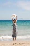 Atrakcyjna kobieta na seashore Zdjęcie Royalty Free