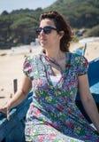 Atrakcyjna kobieta na seashore Fotografia Royalty Free