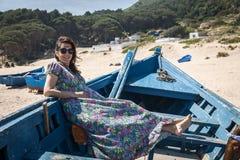 Atrakcyjna kobieta na seashore Zdjęcia Stock