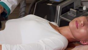Atrakcyjna kobieta ono uśmiecha się podczas gdy odbiorczy celulitisu masaż zbiory wideo
