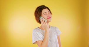 Atrakcyjna kobieta Opowiada Na telefonie komórkowym, Odizolowywającym Radość, technologia, telefon zbiory