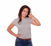 Atrakcyjna kobieta patrzeje ciebie mówi wezwanie ja Zdjęcia Stock