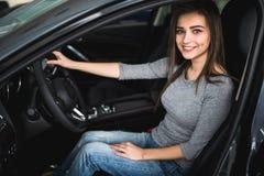 Atrakcyjna kobieta przy kierowcy siedzeniem Zdjęcia Royalty Free