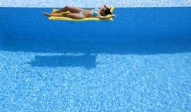 Atrakcyjna kobieta relaksuje na airbed obrazy royalty free
