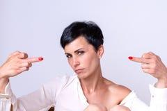 Atrakcyjna kobieta robi środkowemu palcowi gestykulować obraz royalty free