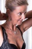 Atrakcyjna kobieta stawia kolię dalej zdjęcie royalty free