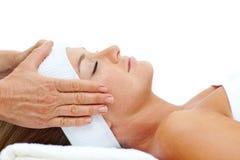 Atrakcyjna kobieta target785_0_ z kierowniczym masażem Obraz Stock