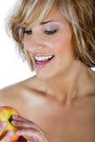 Atrakcyjna kobieta trzyma jabłczanego, promujący zdrowego styl życia obraz stock
