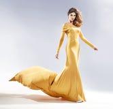 Atrakcyjna kobieta ubierająca w sukni wieczorowej obrazy stock