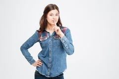 Atrakcyjna kobieta w cajg koszulowej pozyci i seans cisza gestykulujemy zdjęcie royalty free