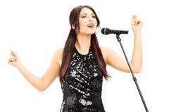 Atrakcyjna kobieta w czerni sukni śpiewie Obraz Royalty Free