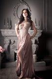 Atrakcyjna kobieta w długiej beż sukni luz zdjęcia stock