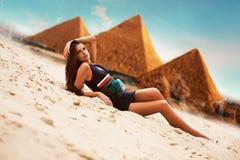 Atrakcyjna kobieta w Egypt na ostrosłupa tle Obrazy Royalty Free