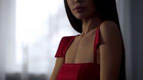 Atrakcyjna kobieta w eleganckiej czerwieni smokingowy flirtować na dacie, plciowy pragnienie, uwiedzenie zdjęcia royalty free