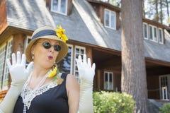 Atrakcyjna kobieta w lata dwudzieste stroju Blisko antyka H Zdjęcie Royalty Free