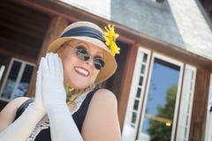 Atrakcyjna kobieta w lata dwudzieste stroju Blisko antyka H Obraz Royalty Free