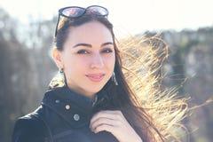 Atrakcyjna kobieta w okularach przeciwsłonecznych, zdjęcia stock