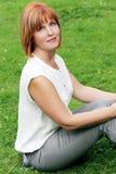 Atrakcyjna kobieta w parku obraz stock
