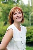 Atrakcyjna kobieta w parku fotografia stock