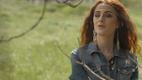 Atrakcyjna kobieta w polu zdjęcie wideo