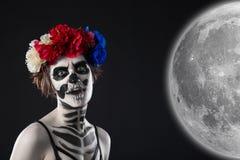 Atrakcyjna kobieta w wianku z cukrowym czaszka makijażem obraz stock