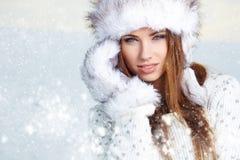 Atrakcyjna kobieta w wintertime plenerowym zdjęcie royalty free