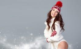 Atrakcyjna kobieta w zimy wełny nakrętce na popielatym tle fotografia royalty free