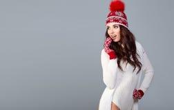 Atrakcyjna kobieta w zimy wełny nakrętce na popielatym tle zdjęcie royalty free