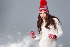 Atrakcyjna kobieta w zimy wełny nakrętce na popielatym tle fotografia stock