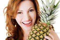 Atrakcyjna kobieta z ananasem. Fotografia Royalty Free