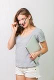 Atrakcyjna kobieta z czytelniczymi szkłami obraz royalty free