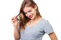 Atrakcyjna kobieta z czytelniczymi szkłami obraz stock