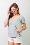 Atrakcyjna kobieta z czytelniczymi szkłami fotografia royalty free