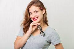 Atrakcyjna kobieta z czytelniczymi szkłami zdjęcie royalty free