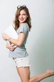 Atrakcyjna kobieta z czytelniczymi szkłami fotografia stock