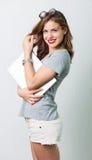 Atrakcyjna kobieta z czytelniczymi szkłami Zdjęcia Royalty Free