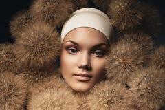 Atrakcyjna kobieta z dandelions Zdjęcia Stock
