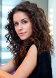 Atrakcyjna kobieta z kędzierzawym włosy fotografia stock